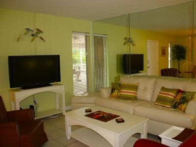 Living room area, cable TV, Dvd player and wireless Internet available.