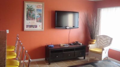 Large Living Room w/Flatscreen, Free WiFi leading out to large patio