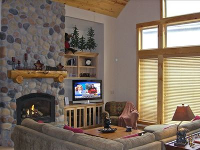 Living Room / Fireplace / 20' Vaulted Ceilings / HDTV / Large View Windows