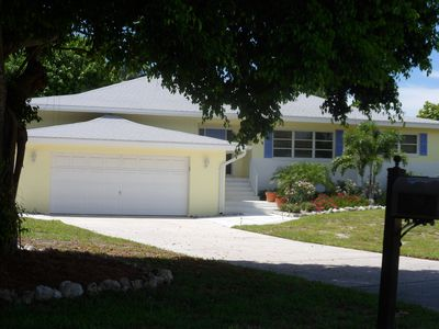 .A beautiful neighborhood sooo close to the beach and a tropical yard await!