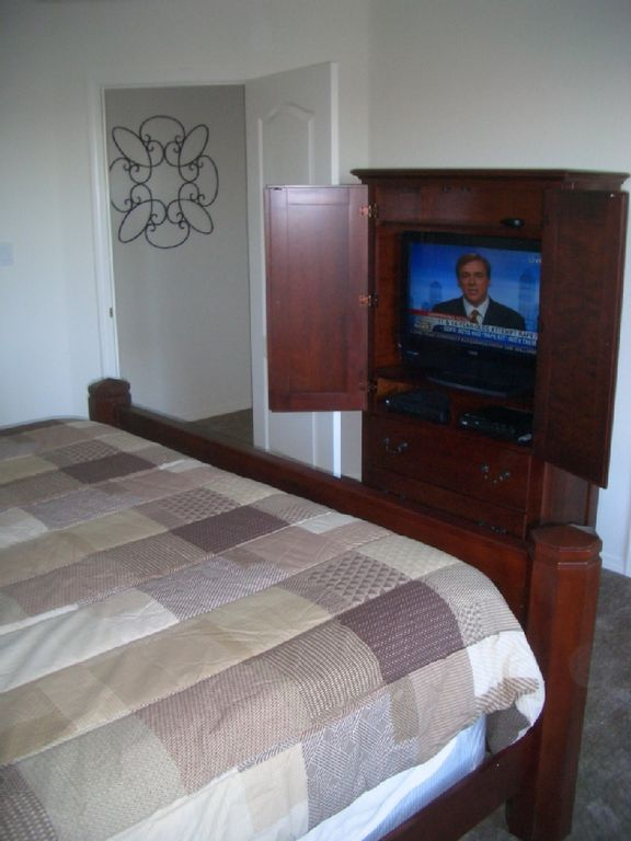 Master bedroom with 32' flat screen TV