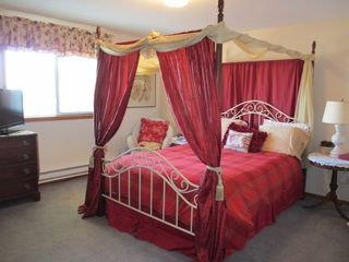 Bend house photo - Upstairs 'dreamy' bedroom.Comfortable queen size bed, Great View, new TV.
