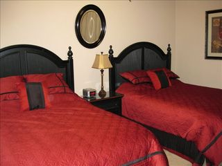 Orange Beach condo photo - Third bedroom includes 2 quessn beds with separate bath