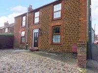 VICTORIA HOUSE, pet friendly, with a garden in Heacham, Ref 913773