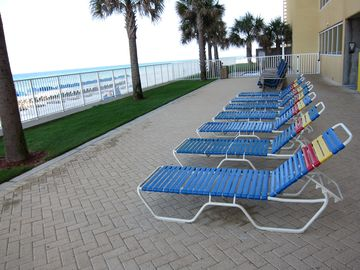 Sundeck, gulf front hot tub & free beach service..a dream beach vacation for you