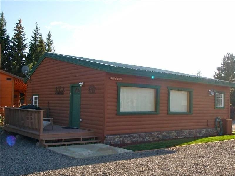 Gallatin cabin sleeps 3 7 5 blocks from vrbo for Cabins near yellowstone west entrance