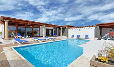 Huge detached villa with WIFI: privacy large heated pool with hydromassag