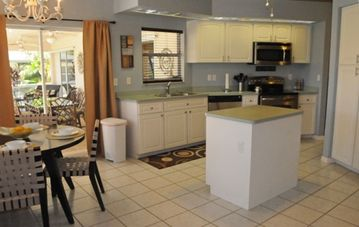 Large Kitchen with Breakfast Nook, Stainless Appliances and Vaulted Ceiling