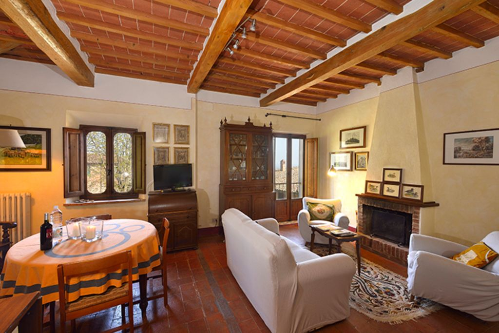 Right in central Montepulciano. Historic palace with view and garden