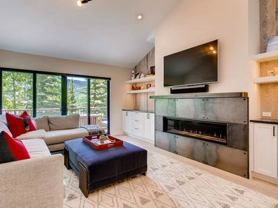 West Vail townhome on shuttle route, community hot tub, modern design: Silver Antler