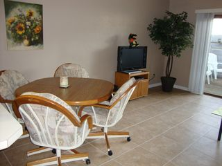Gainesville condo photo - The dining table that comes with an extra leaf to extend!