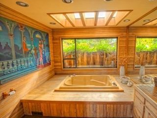 Campbell River house photo - Spacious main bathroom, also with double soaker tub