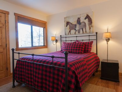 Mammoth Lakes condo rental - Master bedroom w/ 32-inch LCDTV, queen sized bed, easterly views, access to bath