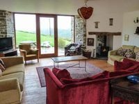 THRESHING BARN, pet friendly, with pool in Beaford, Ref 914961