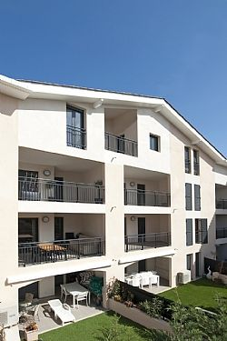 Luxury Air-Conditioned Apartment, Close To Town Centre, Beach And All Amenities