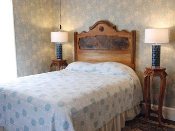 Calm and beautiful bedroom with queen size bed. Decorated with antiques.