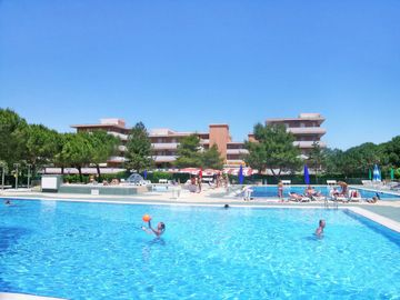 One bedroom Apartment, sleeps 4 with Pool and Walk to Beach & Shops