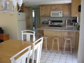 Kitchen w/counter seating