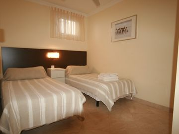 LOVELY TWIN BEDDED BEDROOM + MARBLE EN-SUITE(2 BED