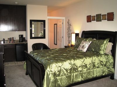 Plush Queen Bed - Granite Counters - Building was recently completely remodeled
