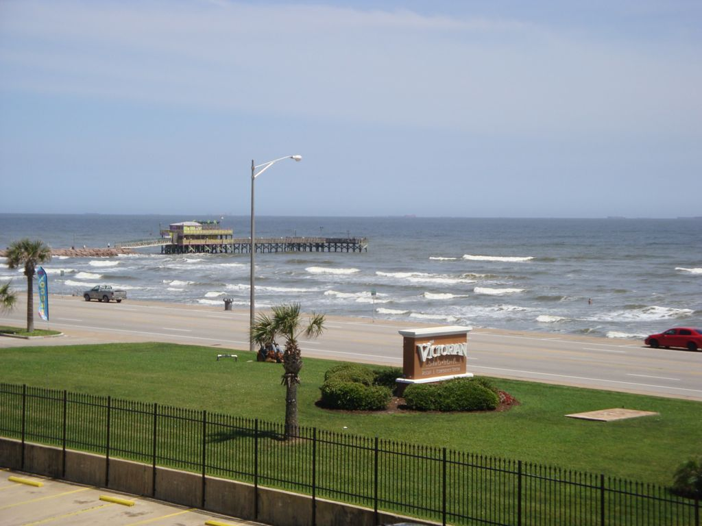 Winter special beach front ocean pool homeaway for Galveston fishing pier report
