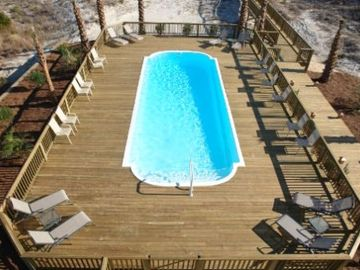 Huge pool deck for that large family gathering or special event