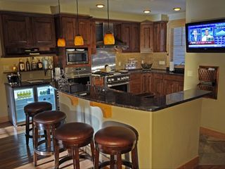 Copper Mountain townhome photo - Kitchen with Wet Island, Bar, Ice Machine