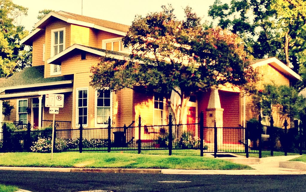 East Austin's Best Rental! 3 blocks to 6th & Franklin's! Large Groups Welcome!