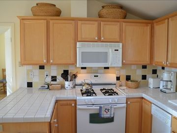 Sunny, open kitchen, fully equipped, dishwasher, microwave, all utensils.