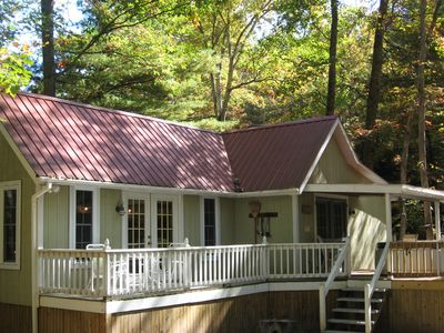 Beatutiful 2 bedroom Cottage, Secluded W/ Hot Tub, Fireplace, Private Lake