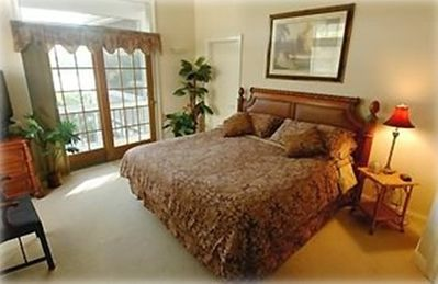 Luxurious master bedroom w/ king size bed, 10' ceiling