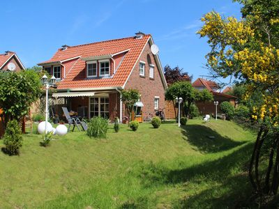 House right on the lake, south facing terrace, sauna, enclosed. Garden, beach chair, 5 pers.