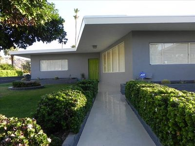 5 star rating spectacular palm springs vrbo for Mid century modern exterior house paint colors