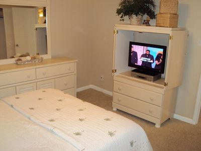 MASTER BEDROOM FLAT PANEL W/DVD/VCR