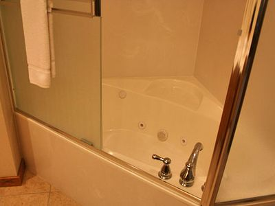 Jacuzzi Tub / Shower Combo (Upstairs Bathrooms)