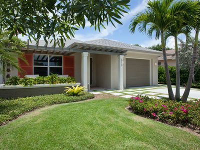 CLASSIC FLORIDA - CURB APPEAL, PRIVATE FRONT GARDEN, CUSTOM DRIVEWAY