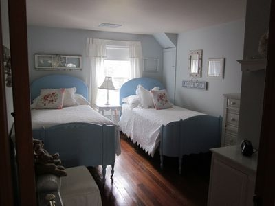 Middle bedroom with two twins