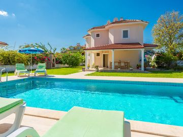 Villa Hairy: Large Private Pool, A/C, WiFi, Car Not Required