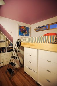 Bedroom w/ lofted twin bed