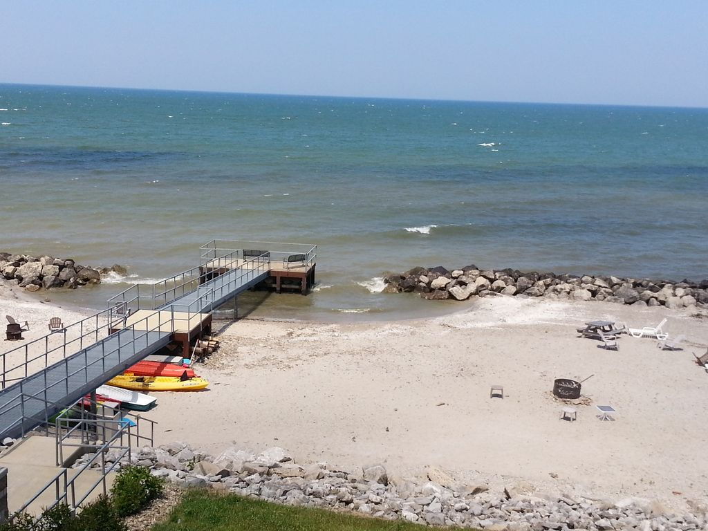 Penthouse lakefront 2 br condo indoor pool vrbo for Lake erie pier fishing