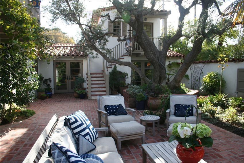California spanish hacienda featured in san vrbo for Homes with enclosed courtyards