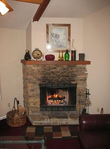 GREAT WOOD BURNING FIREPLACE, COZY UP IN THE LIVING ROOM