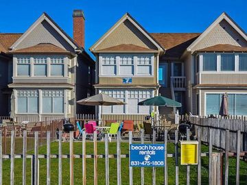Capitola townhome rental - Shared front yard with BBQ
