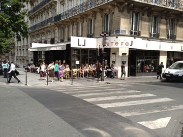 Café lateral just acroos the road to enjoy a quick lunch on a sunny terrasse