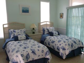 Green Turtle Cay house photo - Bedroom with two twin beds