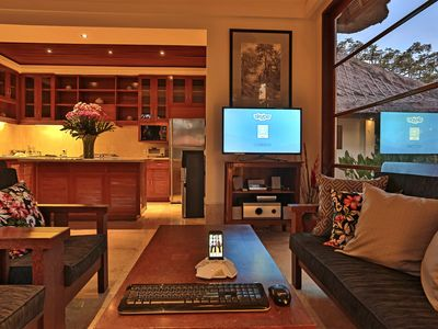 Livingroom equipped with Samsung Smart TV and iPod Dock
