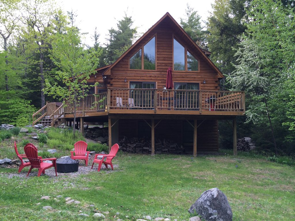 Light filled log home 4 wooded acres lake vrbo for Cabin rentals in maine with hot tub