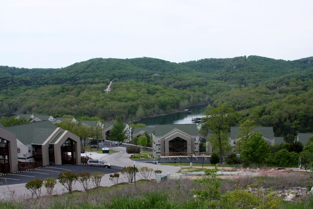 Beautiful condo on table rock lake and homeaway branson for Cabins near silver dollar city