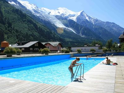 Central Chamonix stylish 3 bed apartment with pool and views of Mont Blanc