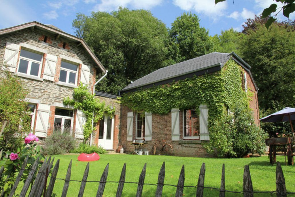 Spacious, detached cottage with pool table, fireplace and very nice view